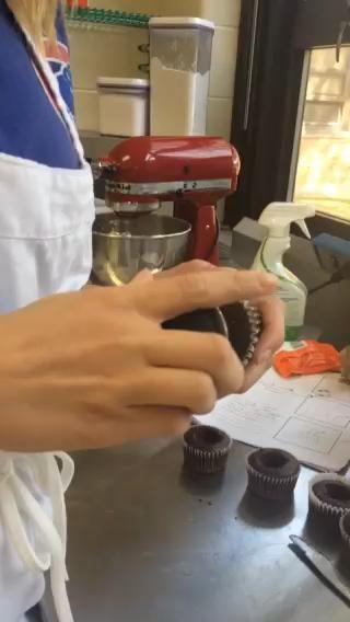 DECORACIÓN: Core a cabo el centro de la magdalena utilizando un corer magdalena (si usted no't have a cupcake corer, a knife or melon ball scoop will work fine).