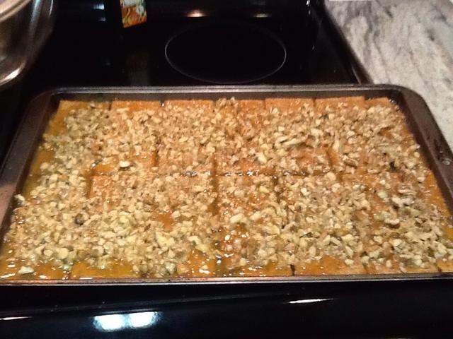 Vierta la mezcla en galletas, espolvorear con nueces picadas, y hornear durante 8 minutos a 325.