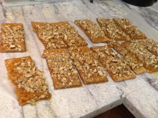 Traslado galletas de inmediato de la sartén al papel de cera que se enfríe.