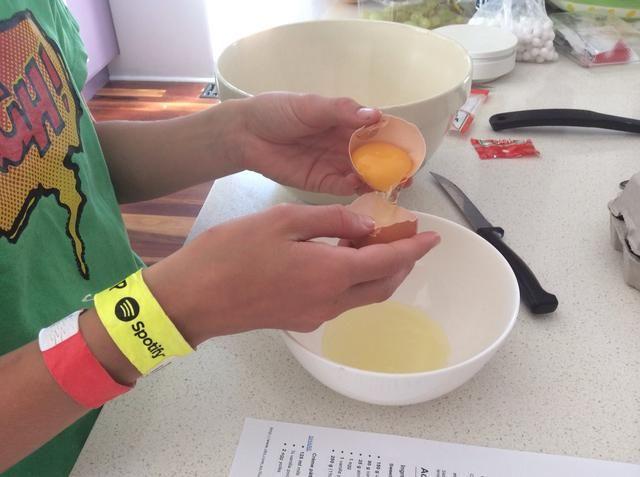 Separar la yema y la clara de 2 huevos. Poner las yemas en un bol.