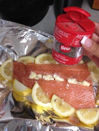 Luego espolvorear el salmón con la pimienta.