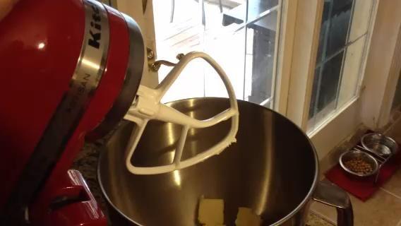 Batir la mantequilla durante un minuto hasta que esté suave y esponjosa.