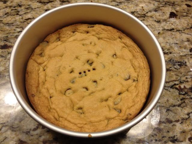 Esta es la torta de cookie. Dejar reposar y enfriar por completo hasta que se elimine de la sartén.