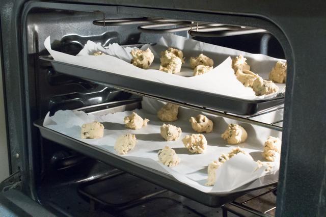 Poner en el horno y hornear durante 15 minutos, o hasta que los bordes exteriores son un color dorado o ligeramente underbaked. Apague el horno, y permitir que las galletas se enfríen en el estante durante 5 minutos.