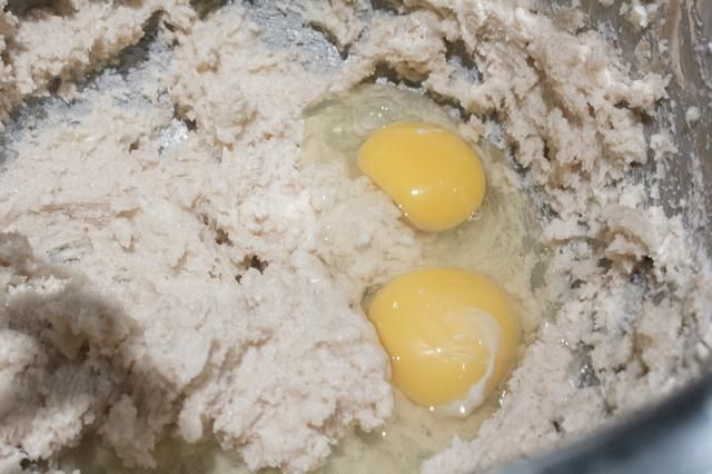 Añadir 2 huevos a la mezcla de mantequilla.