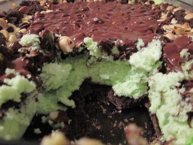 Vierta el chocolate derretido en una bolsa de plástico con cierre. Clip una pequeña esquina de la bolsa, y luego llovizna derretido el chocolate sobre el pastel enfriado. Cortar en Barras de la torta y servir.