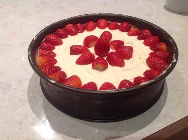 decorar con fresas y refrigere por 5-6 horas o toda la noche