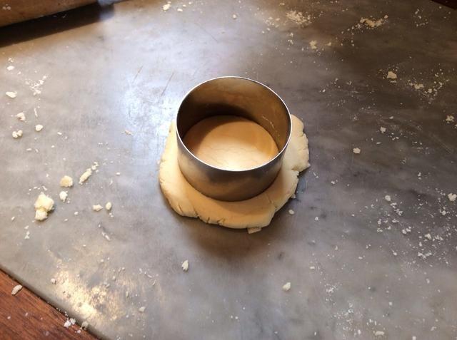 Enrollar la masa de modo que se trata de 2 • 5 cm de espesor. A continuación, cortar con el cortador de galletas.