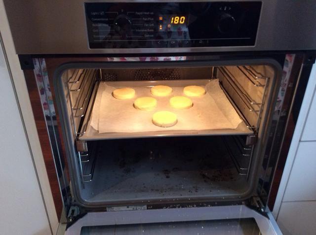 A continuación, coloque en el horno y cocer durante 10-15 minutos.