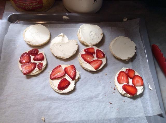 Corte rodajas finas las fresas y colocarlos en la parte superior de la crema en un lado de la torta de frutas.