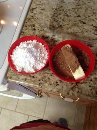 En un tazón mezcle la mantequilla, el cacao y la leche. Y en el otro ponga su azúcar.