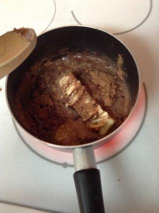 Agregue la mezcla de la mantequilla en una cacerola y llevar a ebullición.