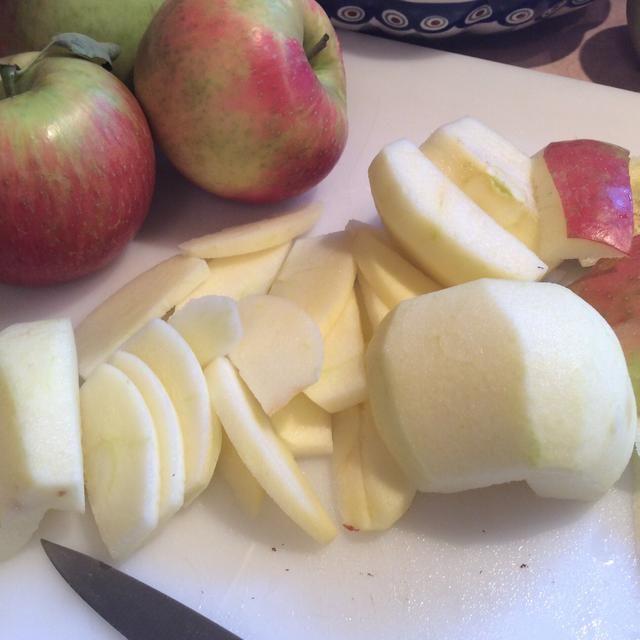 Pelar y cortar las manzanas frescas de su elección. Manzanas Honeycrisp son nuestro preferido. Esta manzana es dulce, agrio, jugosa y muy crujiente. La manzana honeycrisp es un híbrido de la Honeygold y Macoun.