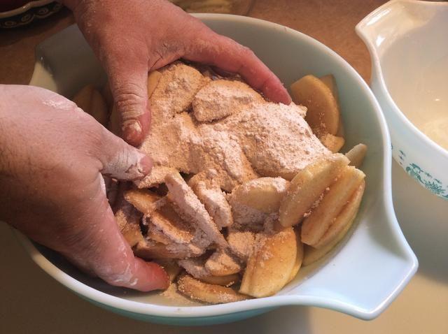 Mezcle las 2 libras de manzanas peladas y en rodajas con la mezcla de azúcar y canela. Mezclar hasta que el azúcar aparece fundió y se disolvió.