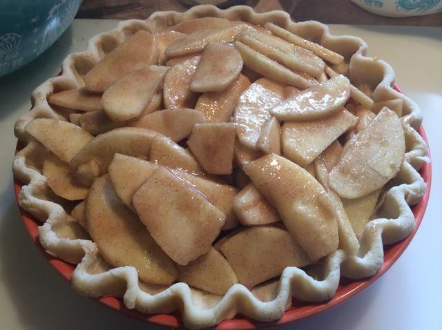 Este pastel está listo para las migas. Este pastel, que se muestra en esta imagen era demasiado lleno! Como se cuece se hizo muy jugosa y burbujeaba sobre en el horno. Dos libras de manzanas peladas montón.