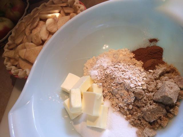 Para las migas, (la mejor parte!) En un gran de cuenco 1 barra de mantequilla, 1 taza de harina, 3/4 taza de azúcar, azúcar morena 1/4 taza, 1/4 taza de harina de avena y 2 cucharaditas de canela.