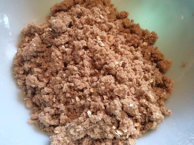 Mezclar con los dedos hasta que la mezcla es desmenuzable y algo se asemeja a la arena mojada.