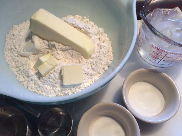 Reunir los ingredientes para el pastel de corteza- 1 barra de mantequilla + 3 tbls, 3/4 taza de manteca, 3 1/3 tazas de harina, 1 cucharadita de sal, azúcar 1 tbls y 1/2 taza de agua fría.