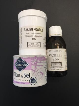 La sal, polvo de hornear y el extracto de vainilla