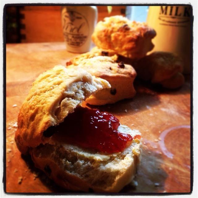 Disfruta con crema y mermelada. Yum! Echa un vistazo a mi blog instakitchen.blogspot.ie. : 0)