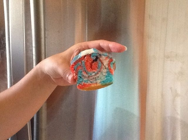 Cómo cocer al horno Tie Dye cuarto de las magdalenas de julio Receta