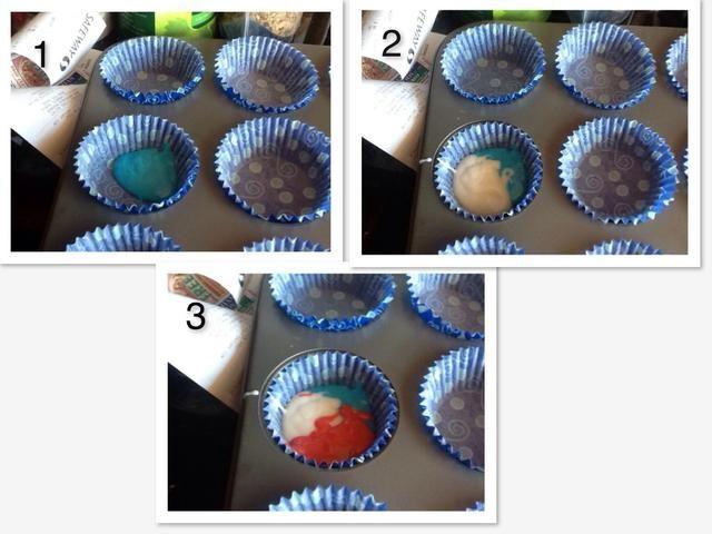Coloque una cucharada de cada color de la mezcla en la envoltura de la magdalena. Continúe hasta 2/3 del camino completo.