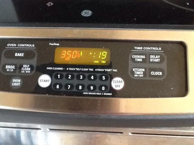 Ajuste el horno. 350 grados durante 19 minutos. Después de la cocción, dejar que los pastelitos enfríen fuera hasta que enfríe.