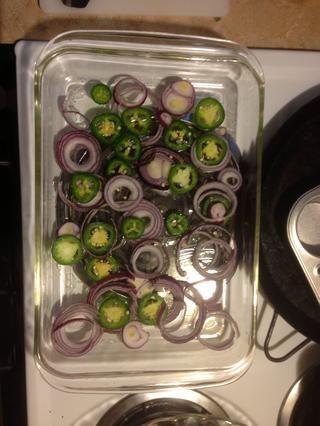 Coloque jalapeños y cebolla como tal. Puede utilizar los limones o las verduras que usted tiene.