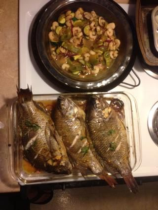 Tilapia y camarones listos para comer con limón y salsa.
