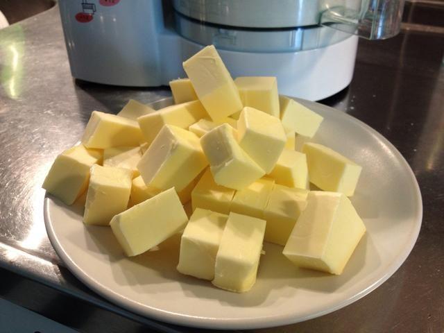 Cortar la mantequilla en trozos más pequeños.