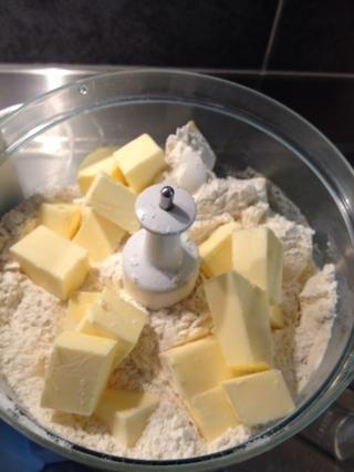 Añadir la mantequilla a los ingredientes secos y mezclar mezcla mezcla! Debe quedar como se desmoronan cuando se's ready for the next step.