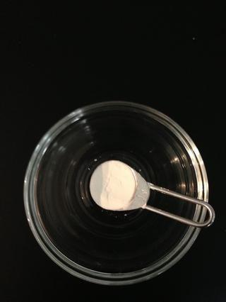 1 cucharadita de almidón de maíz en un poco de agua fría. Añadir a la salsa