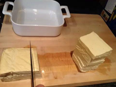 Cortar pulsado el tofu en rectángulos de ancho cuarto de pulgada.