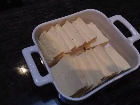Vierta la salsa teriyaki en la parte superior del queso de soja y el uso de un cepillo para asegurarse de que la salsa se pone a ambos lados del queso de soja.