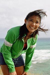 Muchacha de risa en una playa