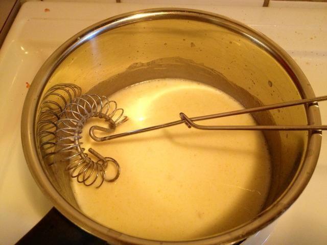 Mezcle la harina y la mantequilla derretida. Batir al tiempo que añade la leche.