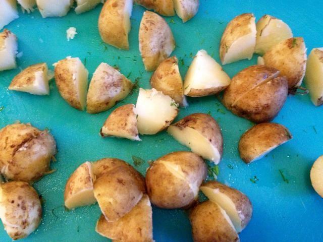 Cuando las patatas estén cocidas, dejar reposar un rato y picarlas en cuartos.