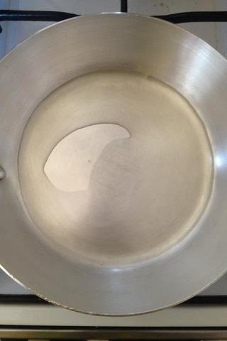 Calentar el aceite en una cacerola a fuego medio-bajo a fuego medio.