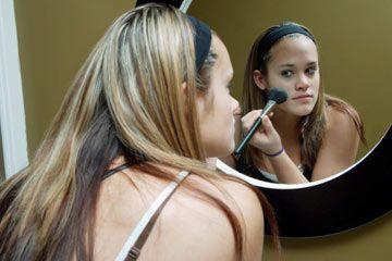 mujer de aplicar el maquillaje, la mujer busca en el espejo, maquillaje