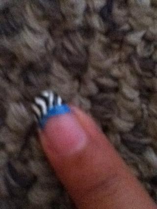 Cubra toda la punta con rayas de cebra y con ur striper hacer una línea azul en la parte inferior de ur punta francés