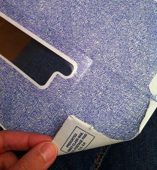 Rasgar suavemente abrir los lados del sobre, y luego encontrar una buena zona de tamaño del papel, teniendo en cuenta lo's on the reverse.