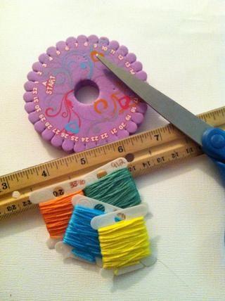 Estoy utilizando hilo de bordar para este ejemplo. El disco púrpura es un telar de espuma rígida, llamada Kumihimo (koo-me-lo-moe) rueda o disco. Se puede comprar en las tiendas de artesanía o en línea.