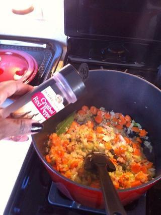 Agrego salsa picante (el vástago) y la pimienta roja molida (de las verduras) para una ligera patada. Estos aren't necessary ingredients - just my taste.