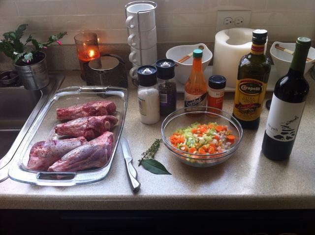 Temporada sus vástagos con sal, pimienta, ajo en polvo y picar las verduras y cebollas.