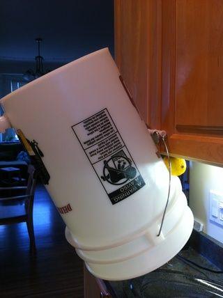 Ahora llenar el fermentador principal desinfectados con 2,5 litros de agua fría. volcar 1/3 de su cerveza enfriada y añadir la levadura. luego verter el resto en la parte superior. NO se remueve. La levadura no necesita su ayuda.