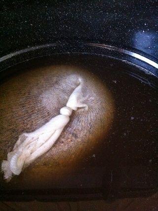 con los quemadores de encendido y la tapa de traer esta olla a cerca de 150 grados o hasta que vea el vapor comience a subir el agua. y escuchar a judas priest mientras espera.