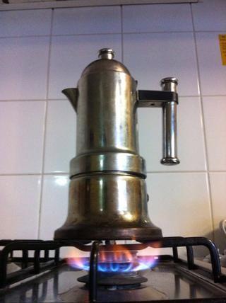 Montar las piezas, Coloque la cafetera de la fuente de calor. ¿Cómo funciona? La temperatura del agua se eleva hasta que el agua en la parte inferior se reduce, forzando algo de él por el tubo, las salpicaduras fuera de la cámara de café