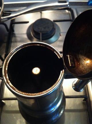 Oirá escupiendo ruidos ... Abrir la olla y compruebe el café preparado .. .. una vez que llegue a la cámara superior que no se debe permitir a hervir *