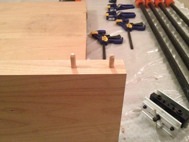 Encajar en seco las clavijas y asegurar todas las clavijas se alinean con los agujeros en tablón contiguo.