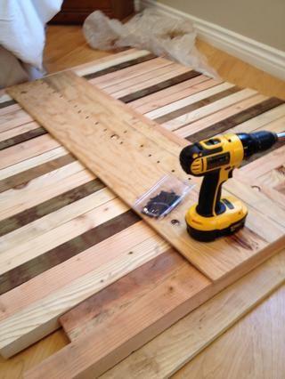 Atornille un pedazo de madera en la parte posterior de apoyo.